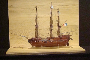 Maquette du bateau Le Géographe, navire du Capitaine Baudin en mission de découverte de l'Australie. 1800-1804. Réalisation Pierre Rivaille, descendant de Nicolas Baudin, 2002.
