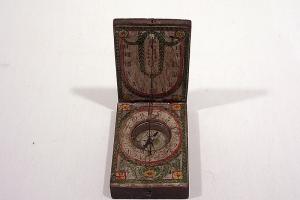 Boussole cadran solaire diptyque de Nuremberg, système Beringer. XVIIIe siècle. Retrouvez cet objet sur https://musee3d.alienor.org/musee-3d
