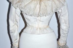 Corsage en cannelé de soie. Porte la griffe Olympe Vernon, couturière à La Couarde. Ile de Ré. XIXe siècle