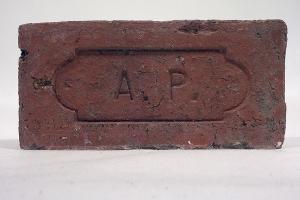 Brique AP (administration pénitentiaire) fabriquée en Guyane, terre cuite, fin XIXe- début XXe siècle