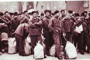 Départ de condamnés sur le quai Clémenceau à Saint-Martin, cliché Agence Meurisse, tirage sur papier, 1er quart du XXe siècle