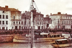 Départ de condamnés à Saint-Martin, cliché Wild World Photo, tirage sur papier, 1er quart du XXe siècle