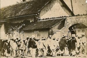 Retour de corvée, entrée d'un camp en Guyane, cliché pour le magazine Détective, 1er quart du XXe siècle