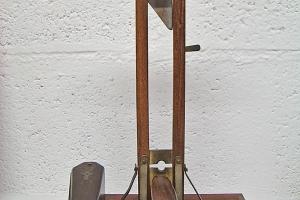 Guillotine coupe cigarette, bois exotique, travail de bagnard, XXe siècle