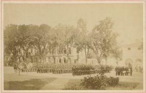 La photographie ancienne d'une cérémonie militaire sur l'île de Ré